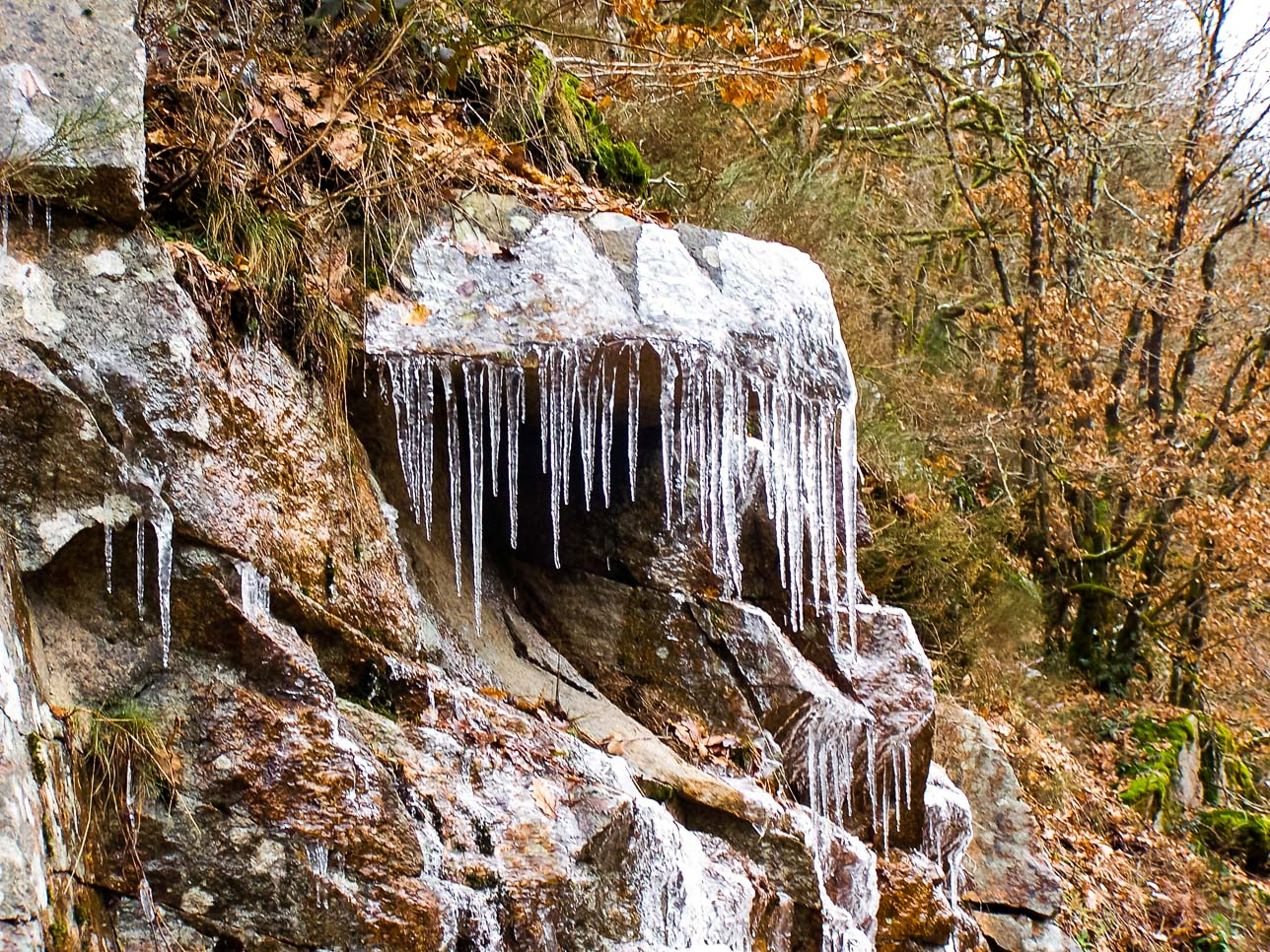 Nature insolite : cascades éphémères gelées route de Dun-les-places (3)