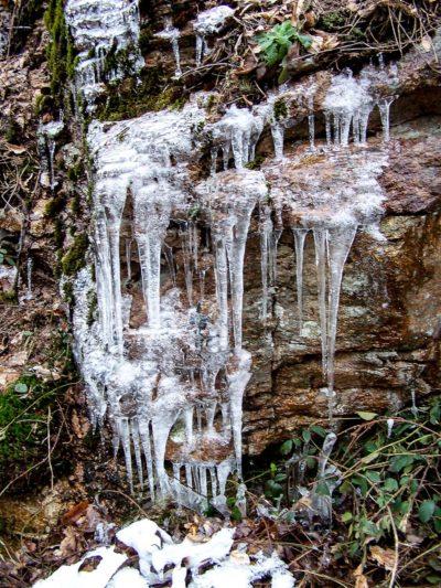 Nature insolite : cascades éphémères gelées route de Dun-les-places