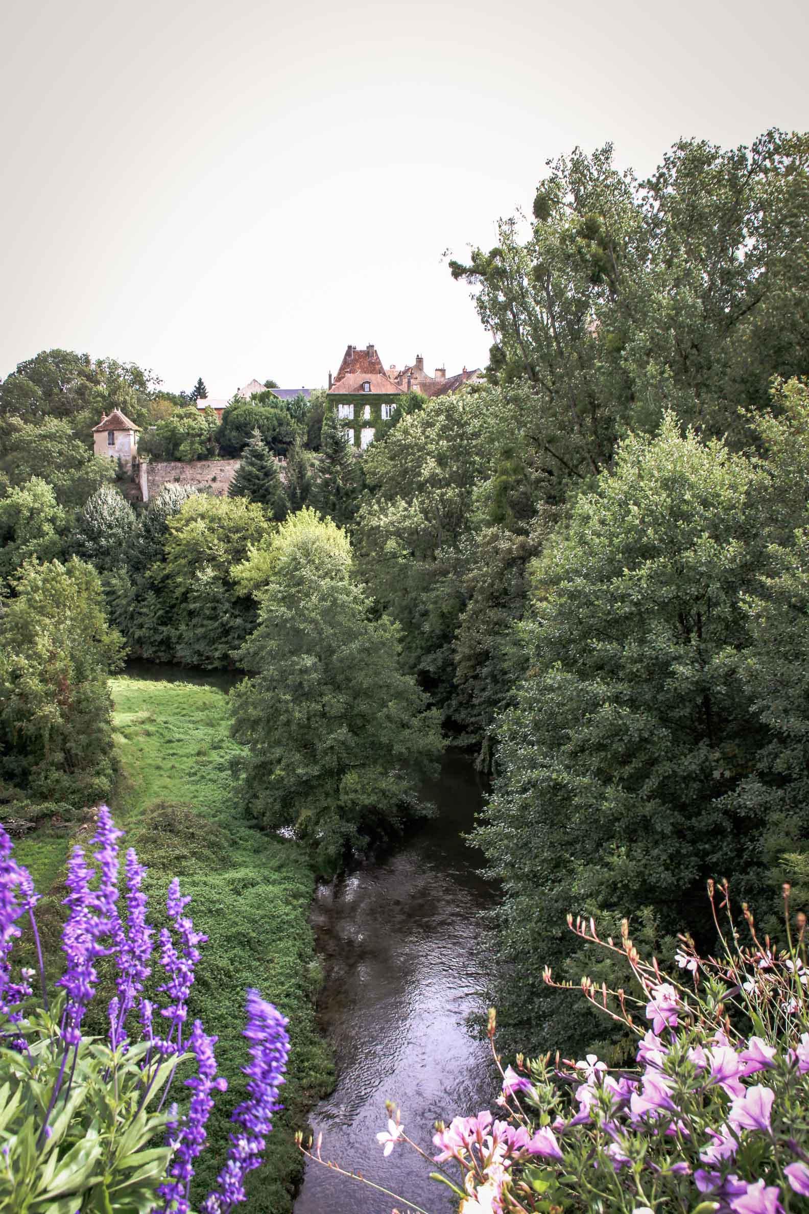 paysages remarquables de bourgogne : Vallée de l'Armançon à Semur-En-Auxois (21) vue depuis le pont