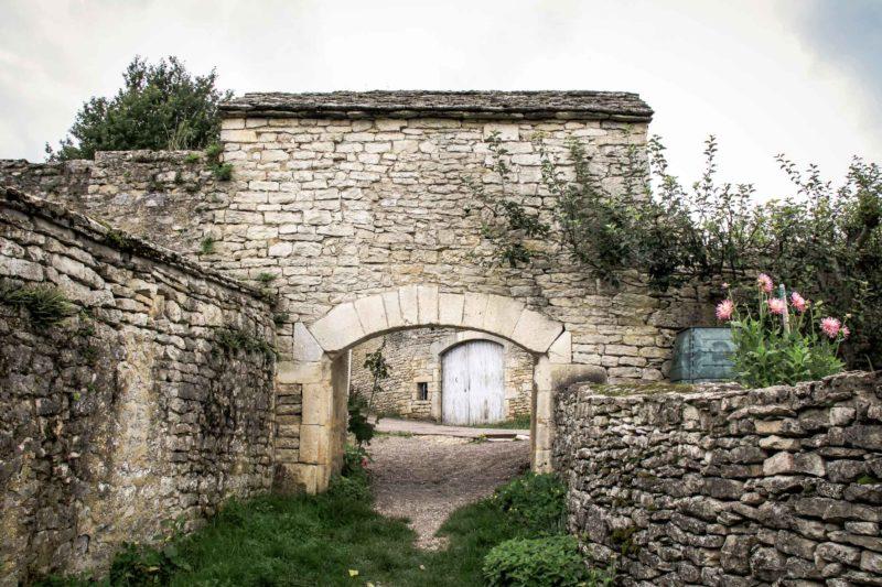 La Poterne à Flavigny sur Ozerain depuis la campagne
