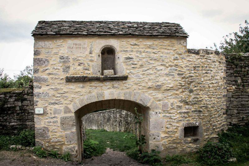 La Poterne à Flavigny sur Ozerain depuis le bourg