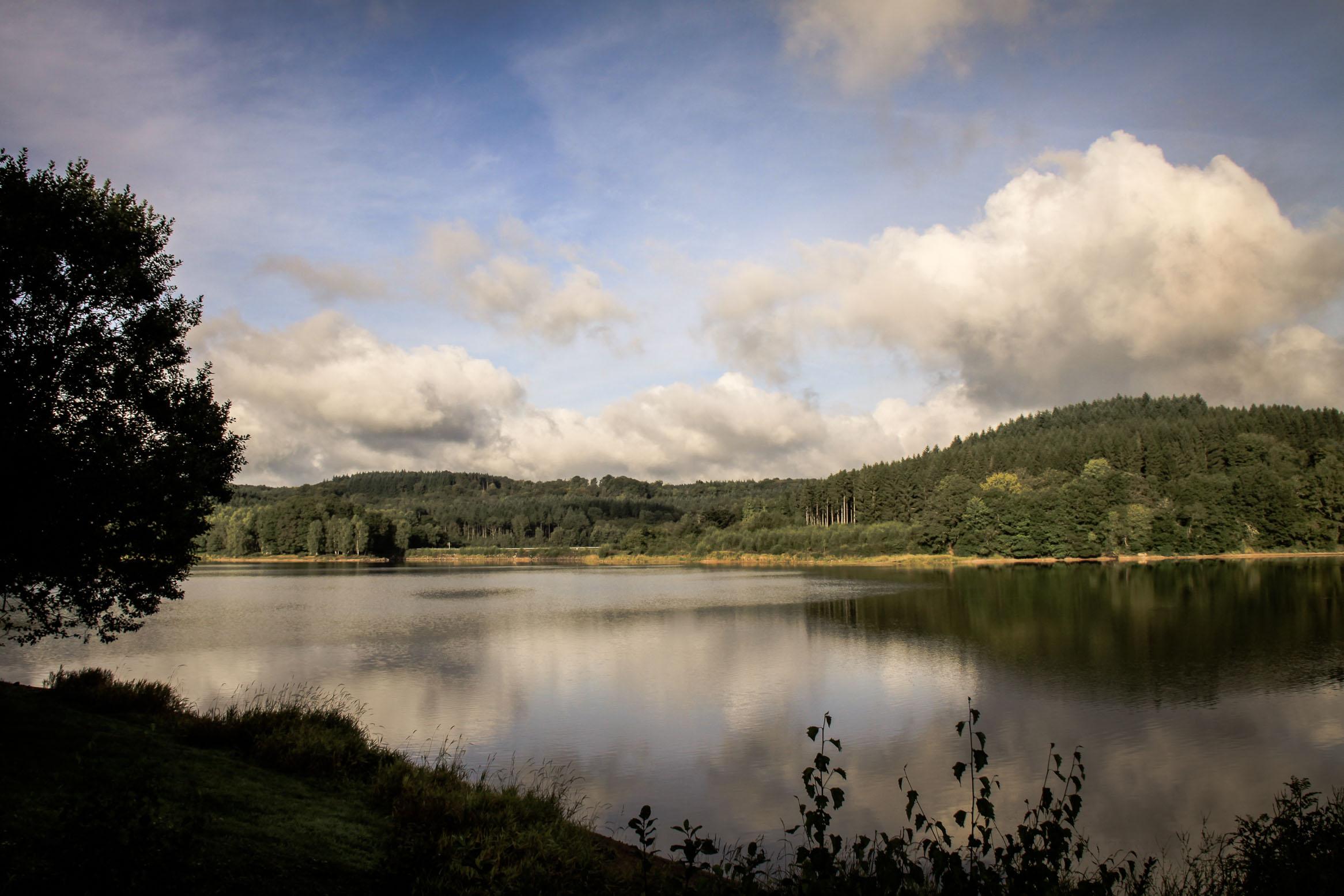 Lac de Chamboux, reflets d'un ciel d'orage