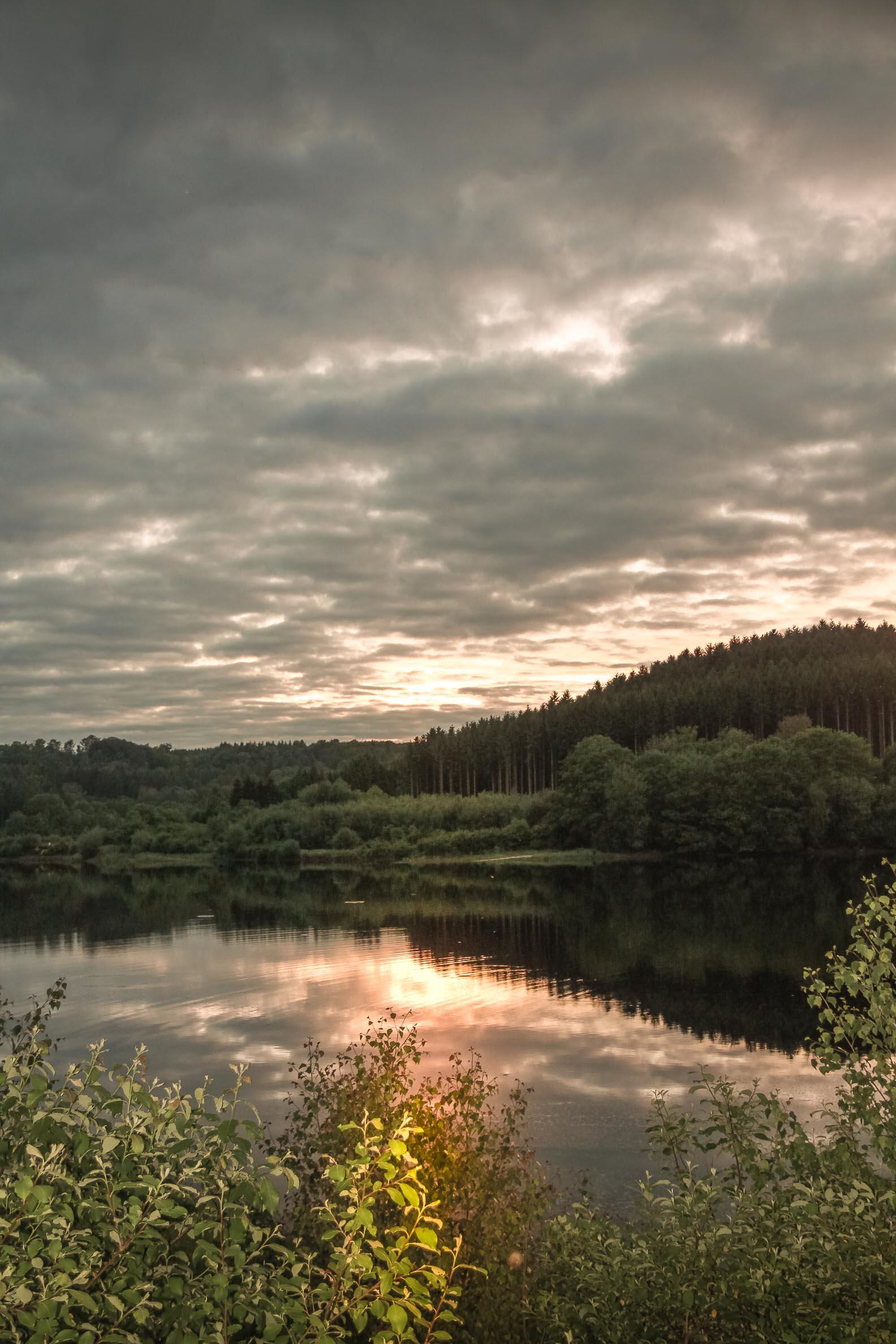 jeux de lumière : Lac de Chamboux reflets de ciel d'orage au couchant