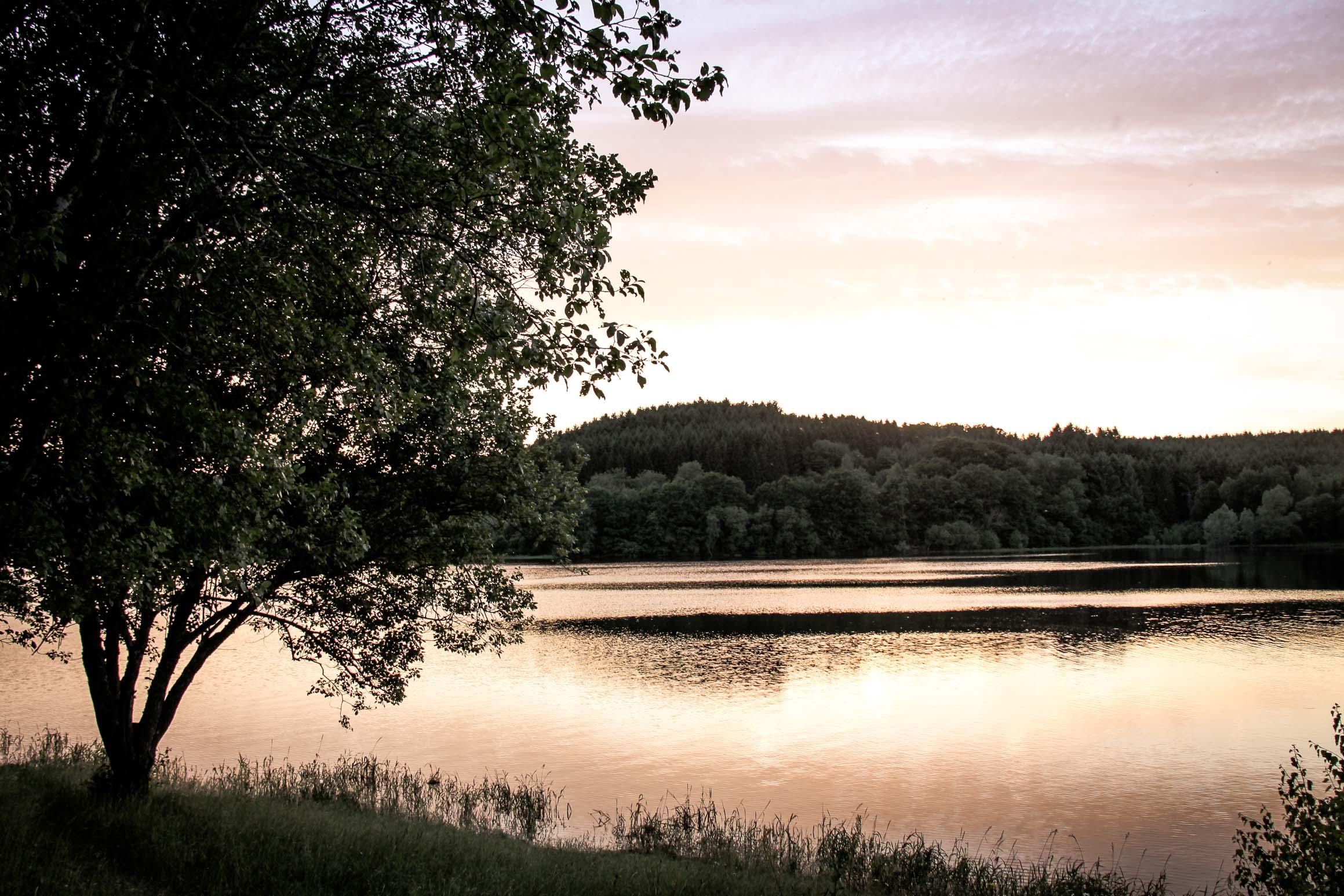 jeux de lumière : Lac de Chamboux prémices d'un coucher de soleil
