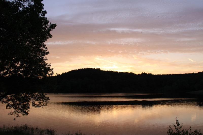 jeux de lumière : crépuscule sur le lac de Chamboux (7)