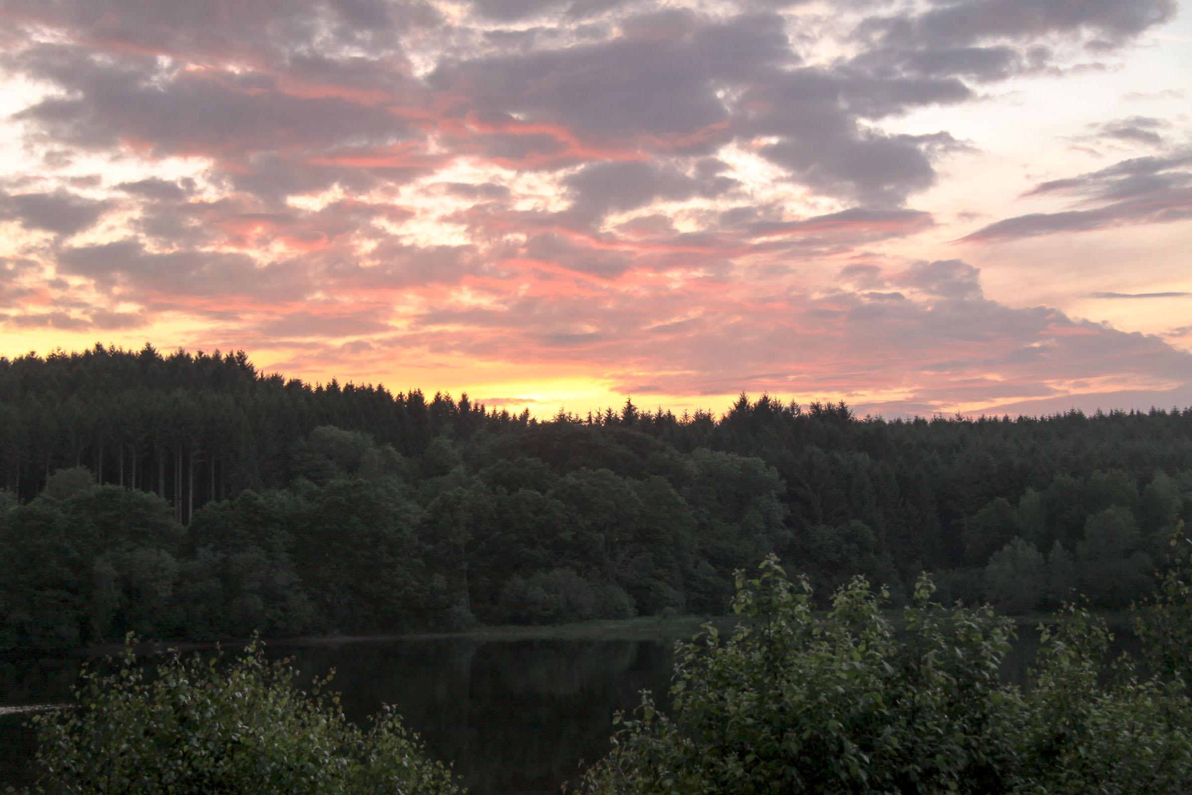 jeux de lumière : Lac de Chamboux soleil couchant
