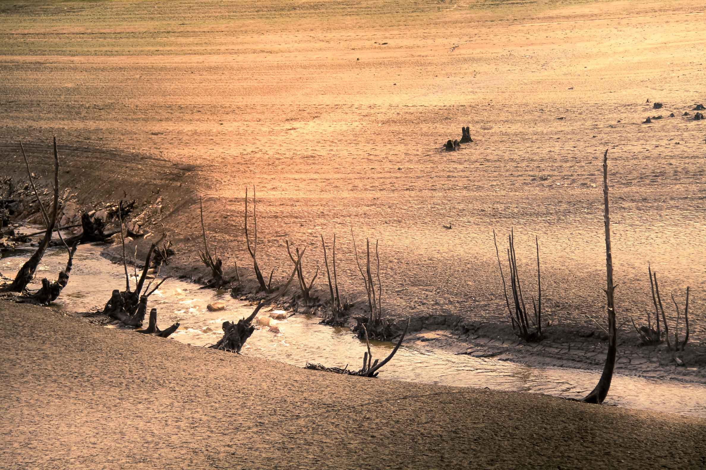 Ambiances Morvandelles : Lac de Pannecière en période hivernale : l'Yonne en fond de lac