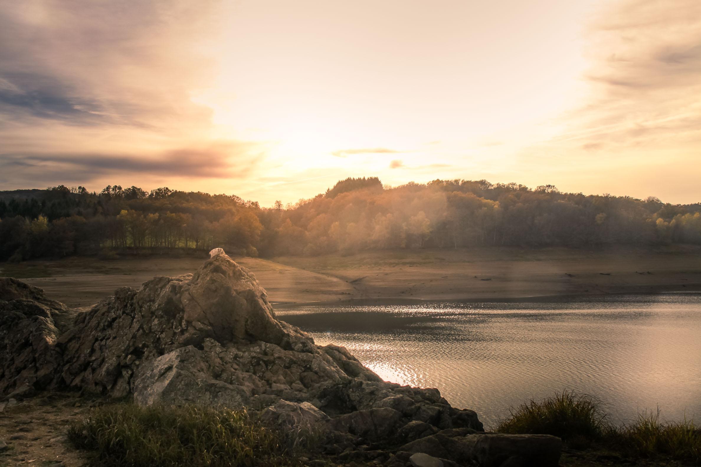 Lac de Pannecière ciel d'orage