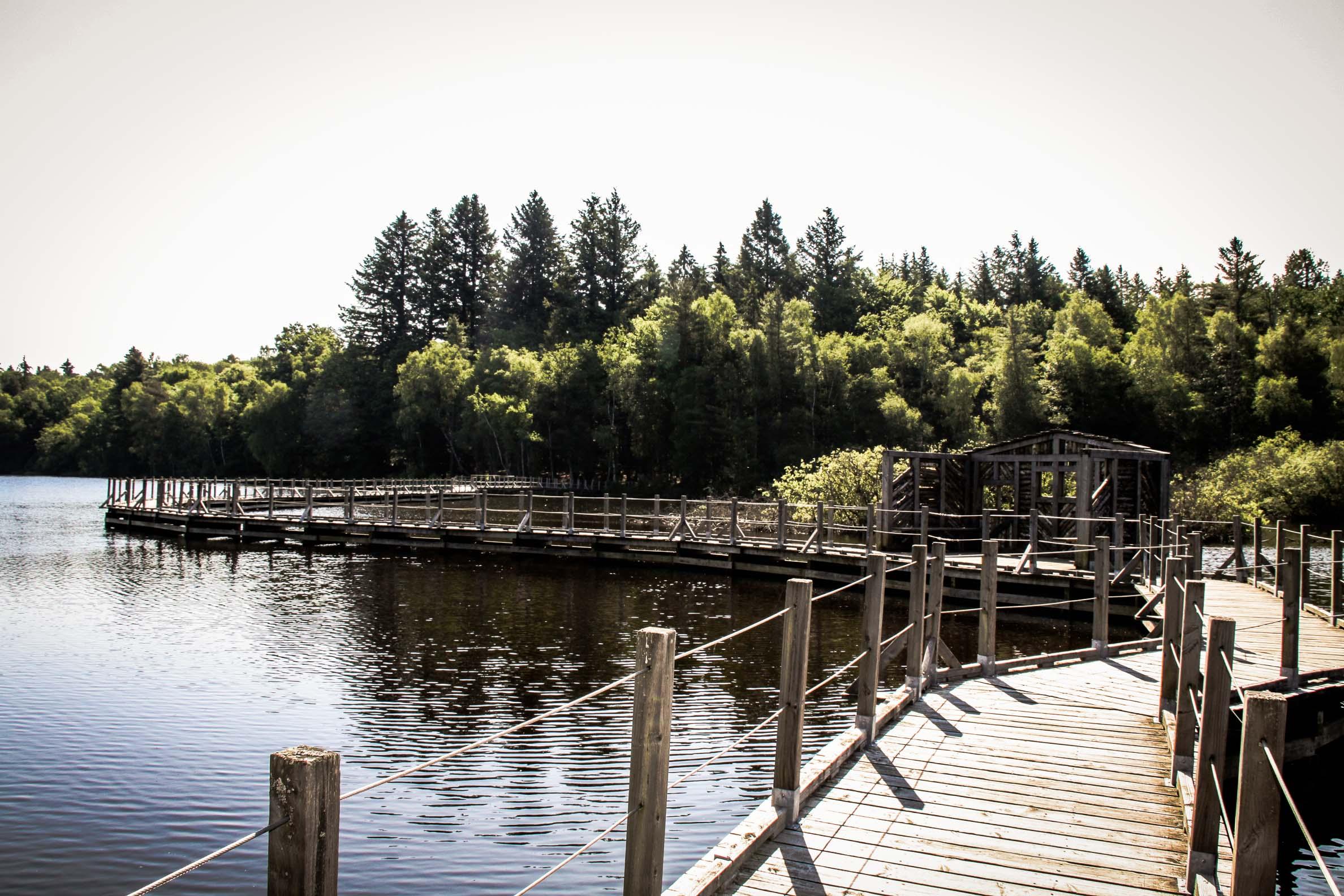 Lac des Settons : la passerelle sur le lac