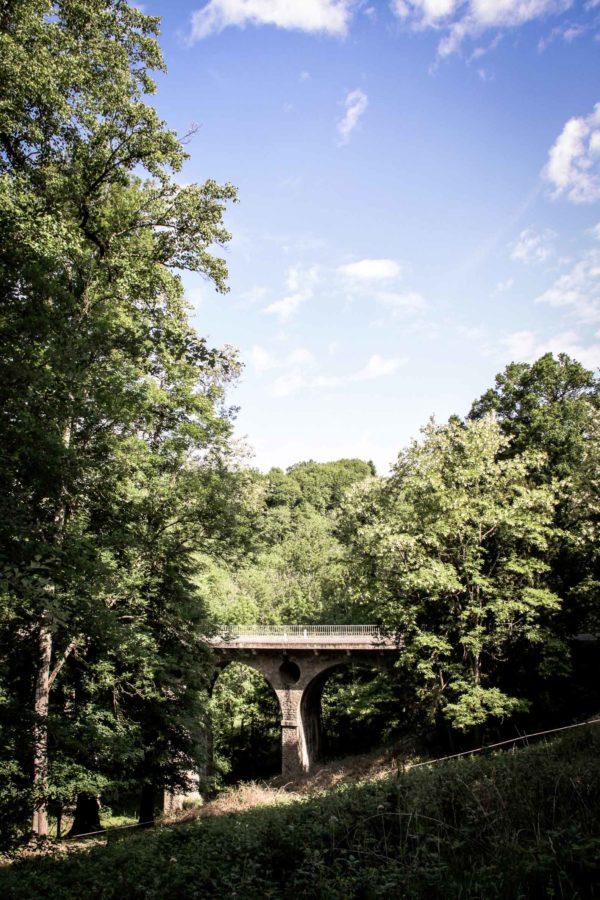 Parc du Château de Chastellux-sur-Cure le pont routier sur la Cure