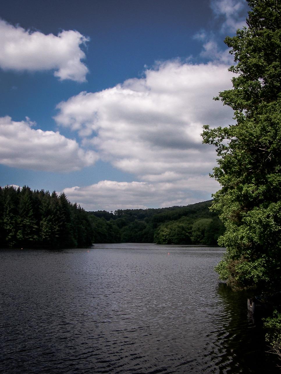 Lac de Chaumeçon depuis la route de Lormes