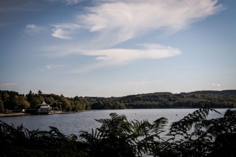 Lac des Settons vue sur la pagode depuis l'autre rive
